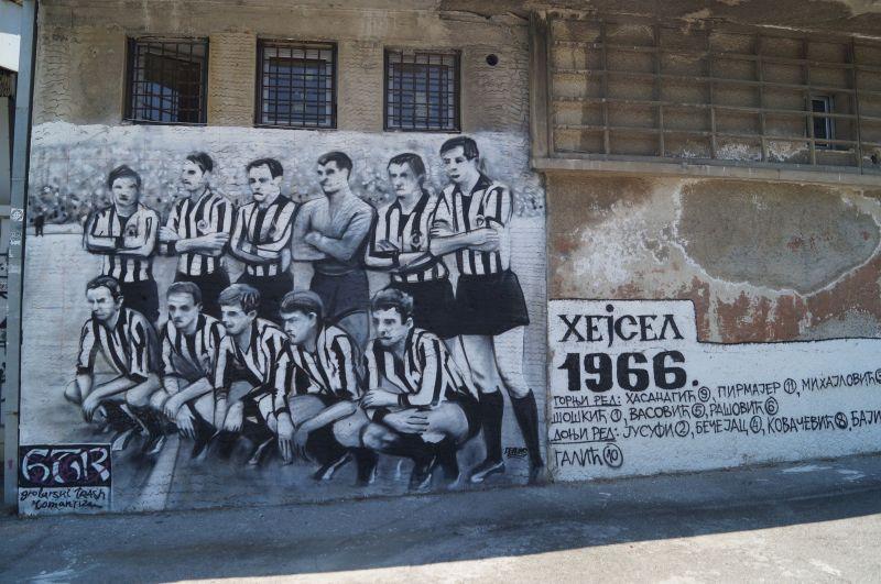 Mural przy wejściu na stadion piłkarskiego klubu Partizan w Belgradzie