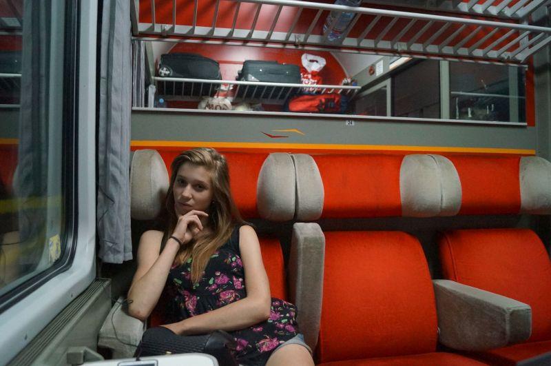 Młoda turystka w pociągu relacji Belgrad-Bar