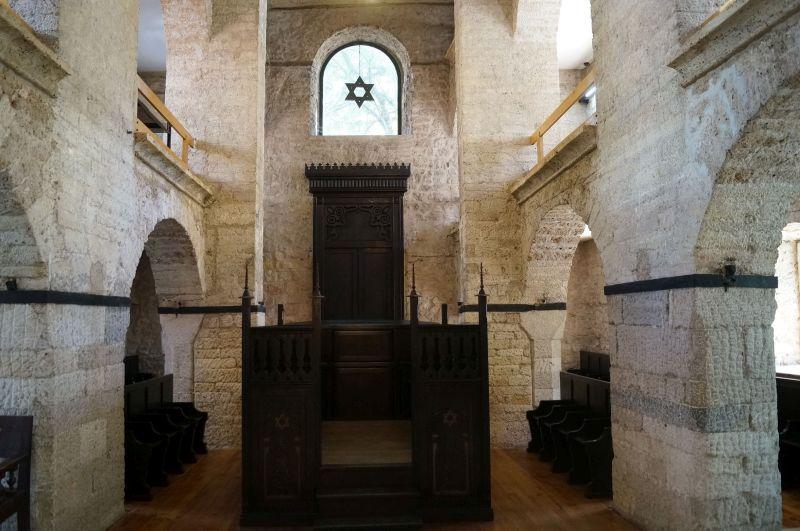 Wnętrze starej synagogi, gdzie obecnie mieści się Muzeum Żydowskie Bośni i Hercegowiny