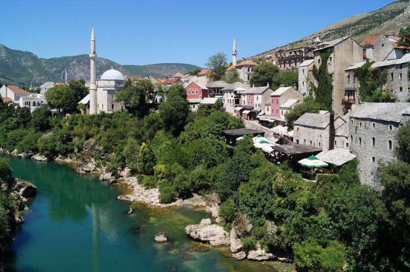 Stary Most w Mostarze łączy dwa brzegi rzeki Neretwy