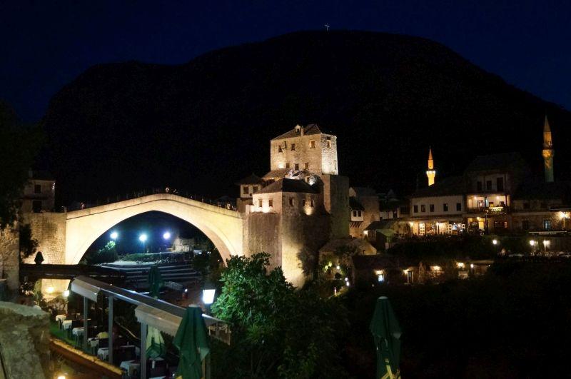 Wieczorny widok na mostarski Stary Most