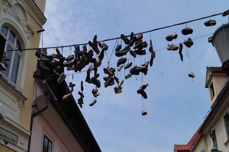 Wiszące nadulicą Trubarjeva cesta buty stały się atrakcją turystyczną Lublany, chociaż nik takdokońca niewie, dlaczego one tam wiszą :)