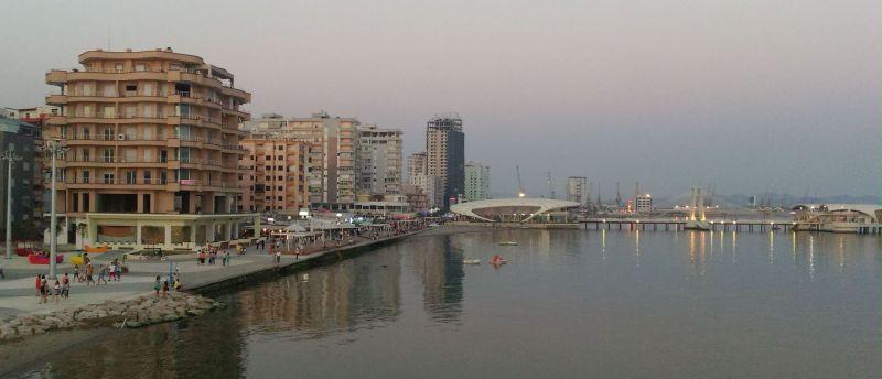 Wieczorny widok na nadmorską promenadę w Durres