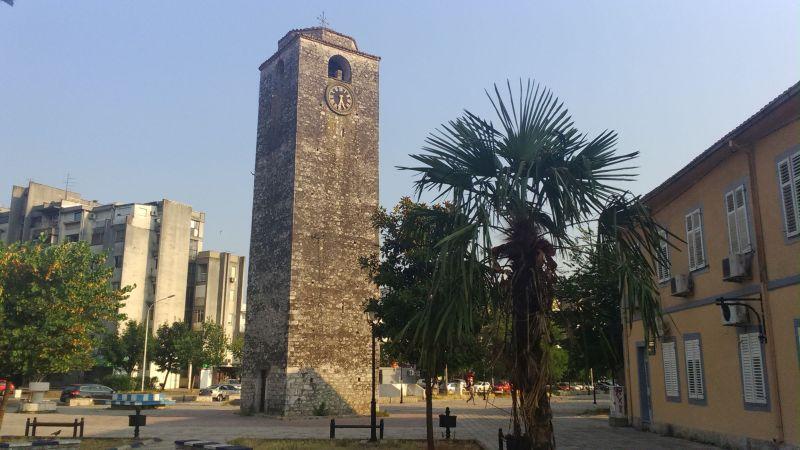 16-metrowa wieża zegarowa Sahat Kula - jeden z nielicznych zabytków stolicy Czarnogóry