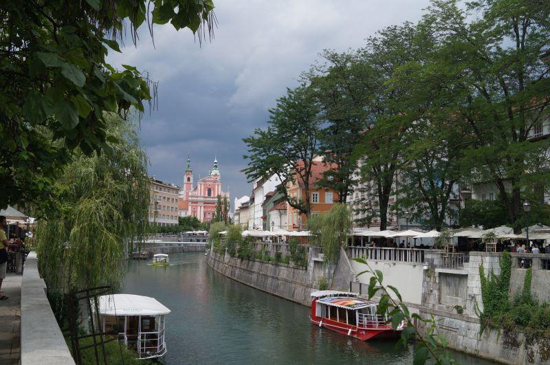 Na obu brzegach rzeki Lublanicy pełno jest kawiarni ibarów zmiejscami nazewnątrz