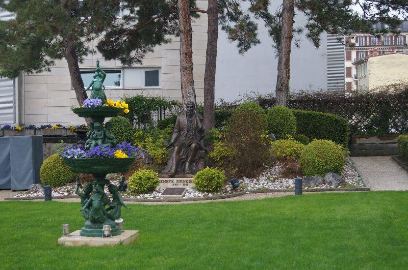Pomnik Henryka Sienkiewicza wogrodzie Grand Hôtel du Lac