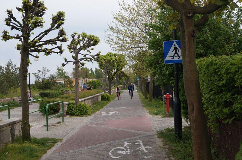 Ścieżka rowerowa wSopocie. Uwaga naograniczenie prędkości dla rowerzystów do10 km/h!!!