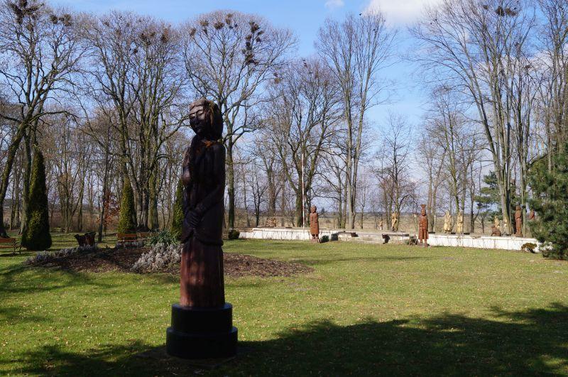 Park przy muzeum w Woli Okrzejskiej