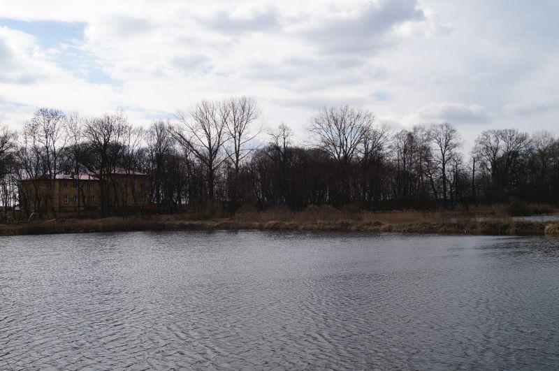 Słynne stawy w Burcu, a nad nimi szkoła, która niegyś była dworkiem Dmochowskich