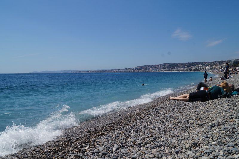 Publiczna plaża w centrum Nicei