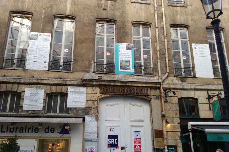 Na pierwszym piętrze tego budynku przy Rue Cadet 9 Fryderyk Chopin dał swój pierwszy paryski koncert. Niegdyś była to elegancka Sala Pleyela.