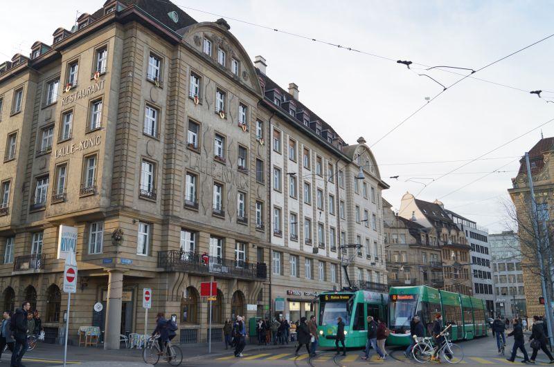 Bazylejskie tramwaje; PoGrossbasel można poruszać sę tylkotramwajem, rowerem, anajlepiej spacerem