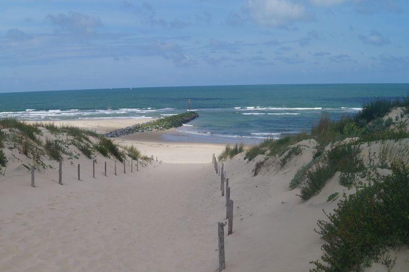 Zejście na plażę na końcu miasteczka