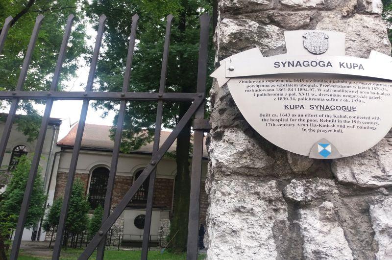 Za ogrodzeniem wejście do Synagogi Kupa przy ulicy Warszauera 8