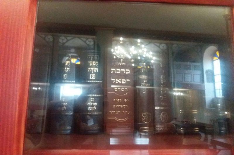 Książki judaistyczne w specjalnej szafie w Synagodze Kupa, gdzie nie tylko modlono, ale i uczono się