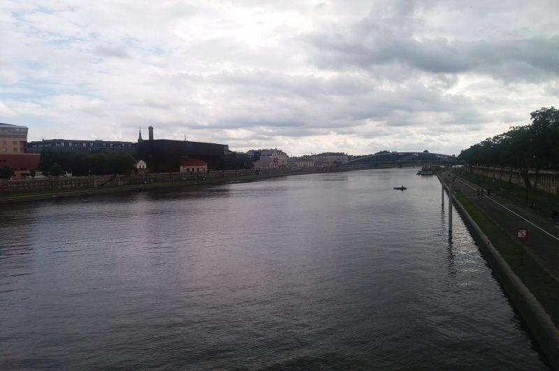 Widok na Wisłę i bulwar Kurlandzki z mostu Powstańców Śląskich
