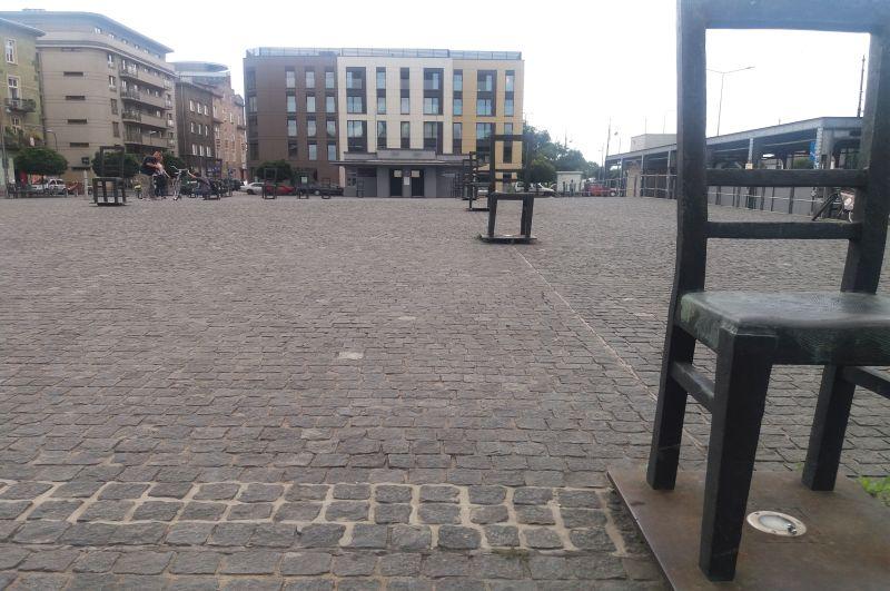 Bezdomne meble – krzesła-pomniki na placu Bohaterów Getta na Podgórzu