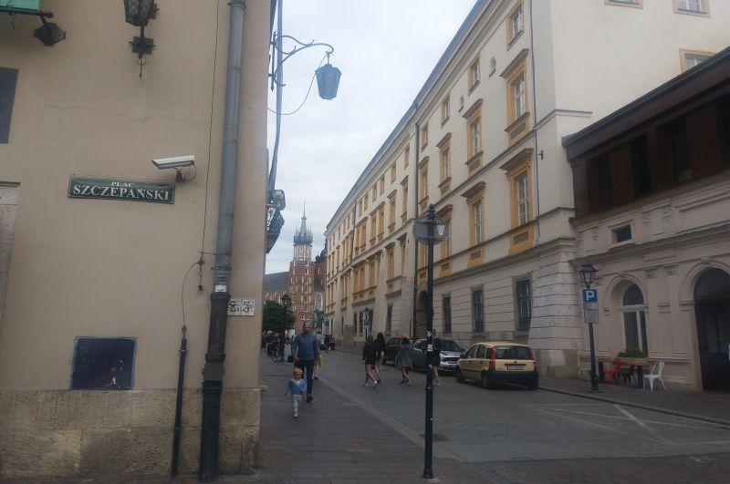 Widok na ul. Szczepańską i wieżę Kościoła Mariackiego w tle