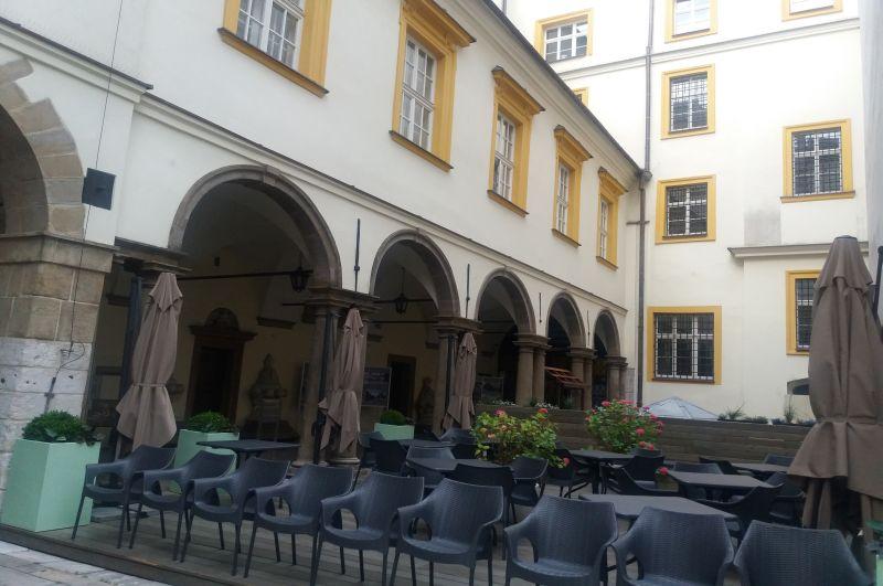 Urokliwe podwórko Muzeum Historii Miasta Krakowa, gdzie trafiła kolekcja fotografii rodziny Kriegerów