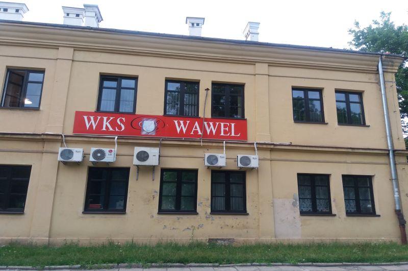 Budynek klubu sportowego WKS Wawer, który został zbudowany na miejscu Ogrodów Łobzowskich i kopca Esterki