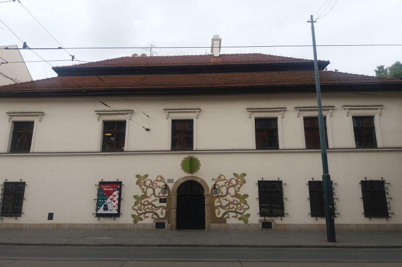 Dom, w którym zgodnie z jedną z legend mieszkała Esterka, i który był połączony tunelem z Zamkiem Królewskim. Obecnie Muzeum Etnograficzne