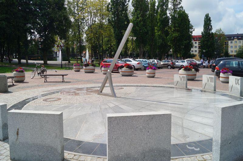 Zegar słoneczny na gołdapskim rynku