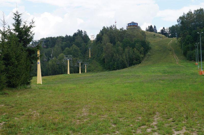 Wyciąg krzesełkowy i jeden ze stoków narciarskich w Pięknej Górze