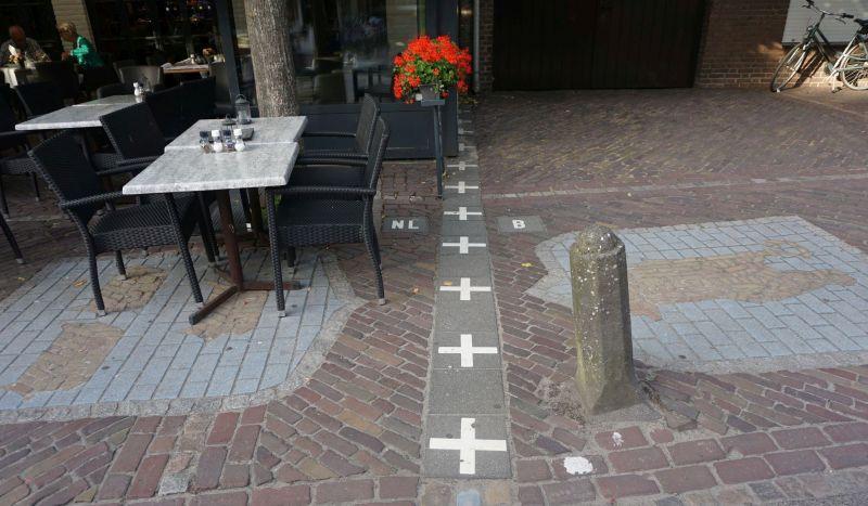 Jedno znajczęściej fotografowanych miejsc wBaarle - granica biegnąca przezkawiarnię