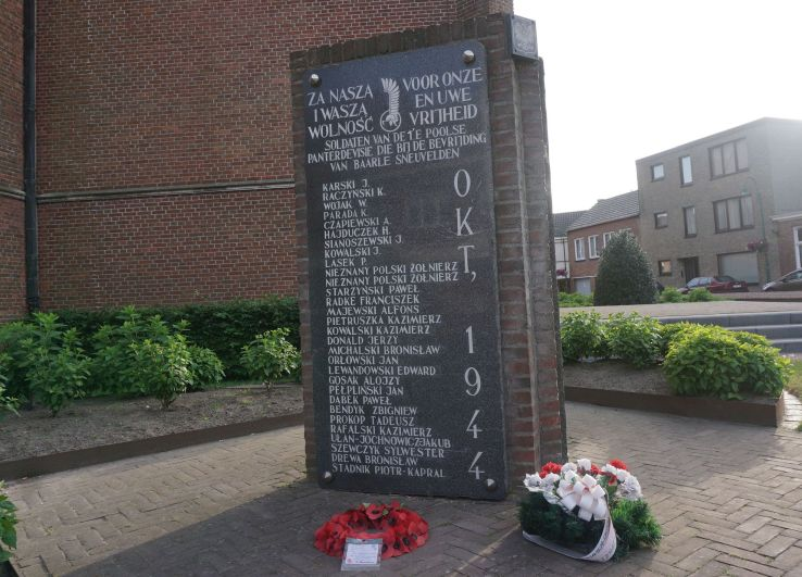 W centrum miasta znajduje się tablica nacześć poległych polskich żołnierzy
