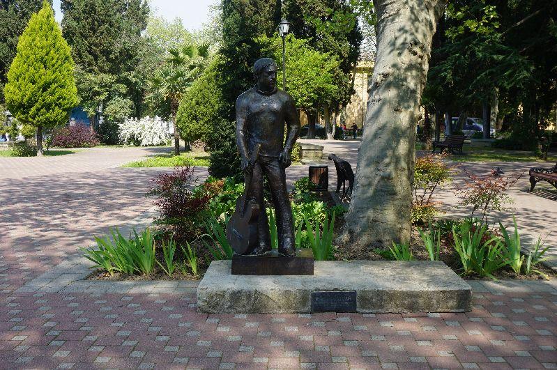 Pomnik Wysockiego wjednym zparków Soczi