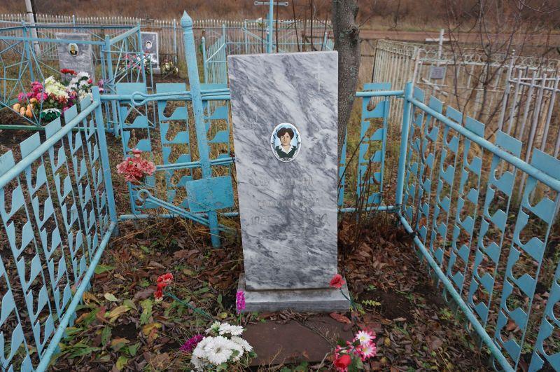 Grób Wiery Szatunowej na malutkim cmentarzu we wsi Saweliewka