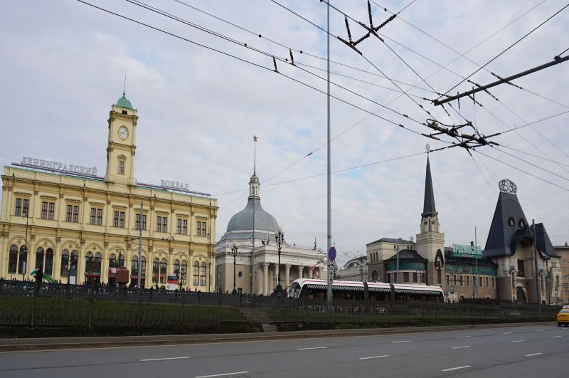 Rejon trzech dworców w Moskwie - dworce Leningradzki i Jarosławski znajdują się obok siebie, a dworzec Kazański po drugiej stronie ulicy