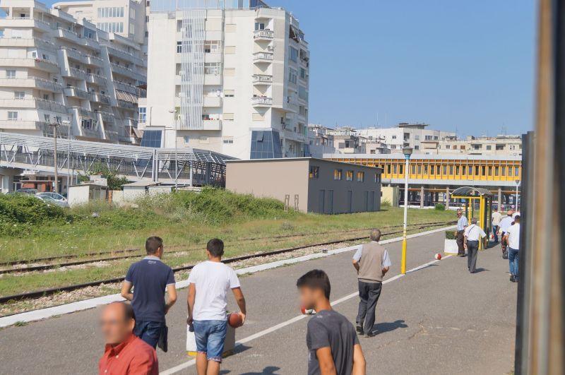 Pasażerowie wysiadający z pociągu na stacji w Durres