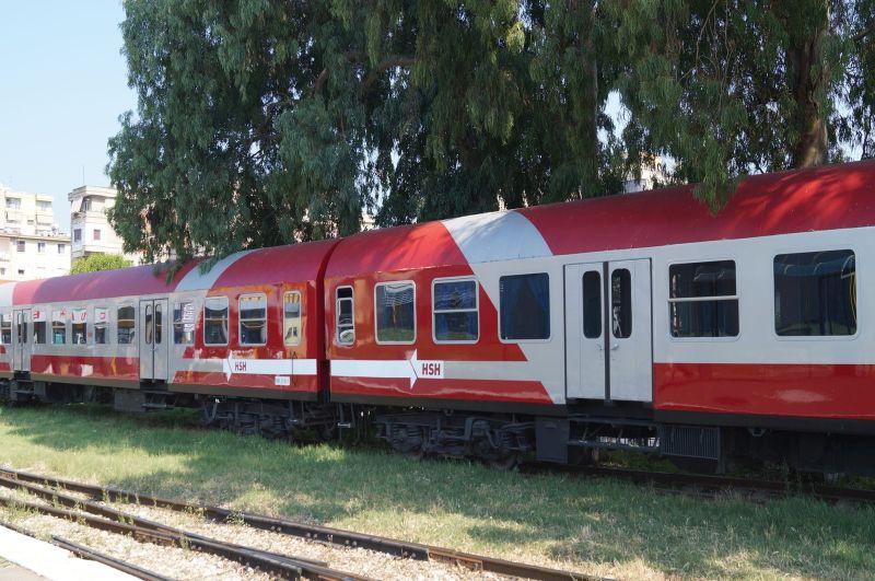 Doskonale utrzymane, pomalowane nabiało-czerwono wagony kursują nagłównej linii zDurres doKashar podTiraną