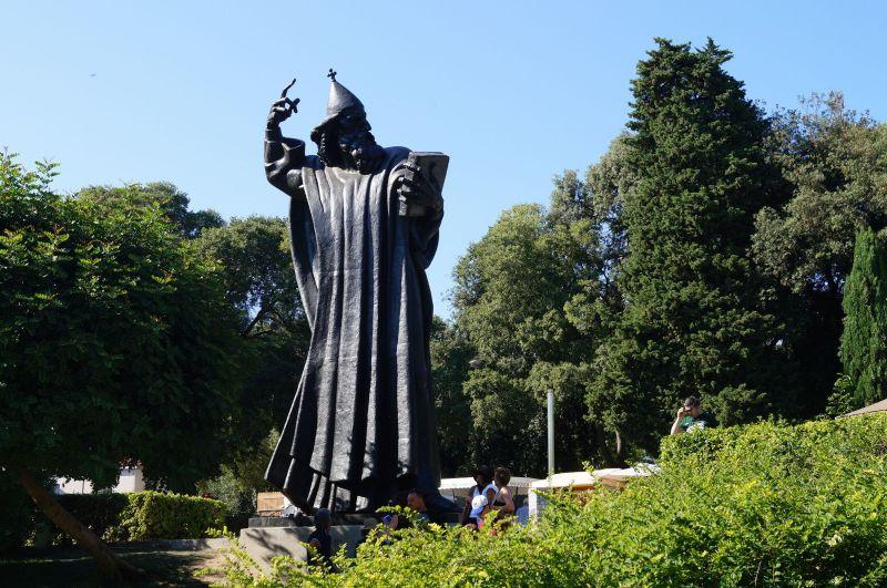 Grzegorza z Ninu jest bohaterem Chorwacji i uznaje się go za ojca języka chorwackiego