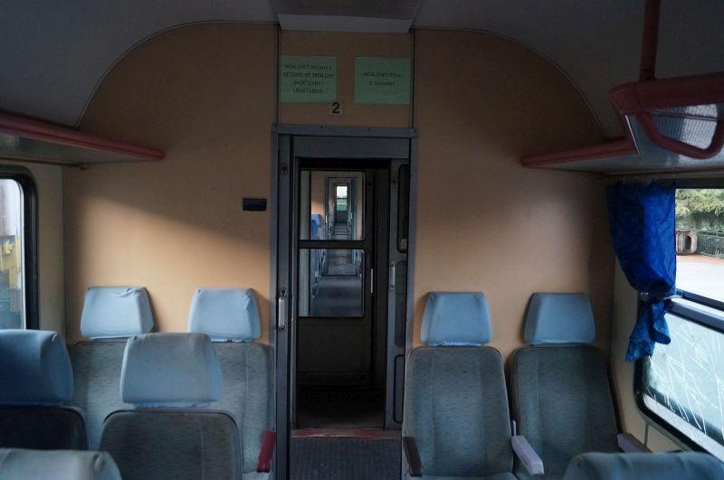 Wnętrze wagonu albańskiego pociągu