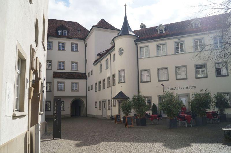 Dziedziniec klasztoru wSt Gallen, wktórymznajduje się biblioteka