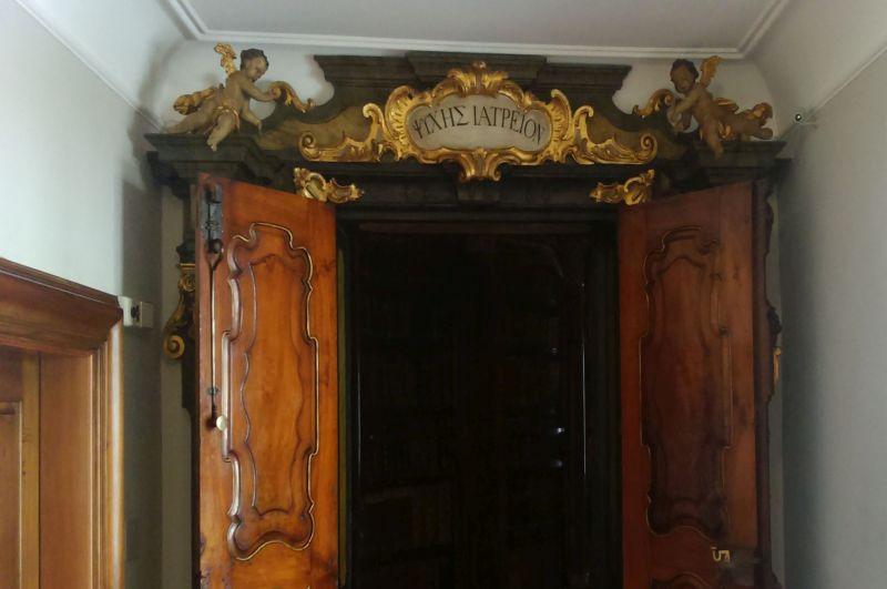 """Nad wejściem znajduje się napis wjęzyku greckim, tłumaczony jako """"Uzdrowisko dla duszy"""" lub """"Apteka dla duszy"""""""