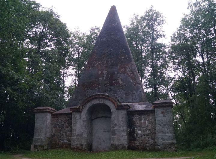 Tajemnicza piramida wRapie togrobowiec rodziny Fahrenheidów.