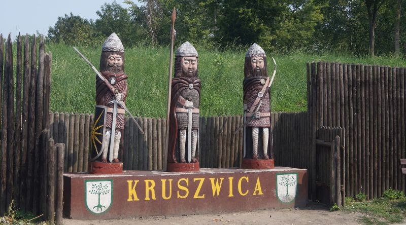 Nazwa Kruszwica pochodzi ponoć odKruszy, czyli gruszy – drzewa lub gruszki – owocu. Właśnie zielona grusza jest dzisiaj herbem miasta