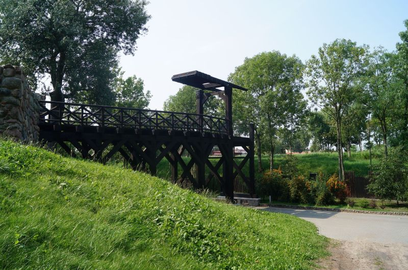 Replika mostu prowadzącego doMysiej Wieży odstrony jeziora
