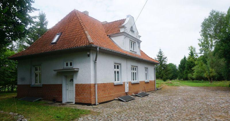 Ładnie wyremontowany dom, którydawniej był dworcem kolejowym wPobłędziu