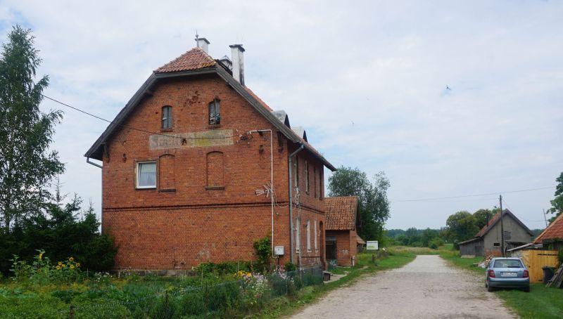 Jeden zdawnych obiektów dworcowych, wŻytkiejmach zzachowanym napisem zniemiecką nazwą Schittkehmen