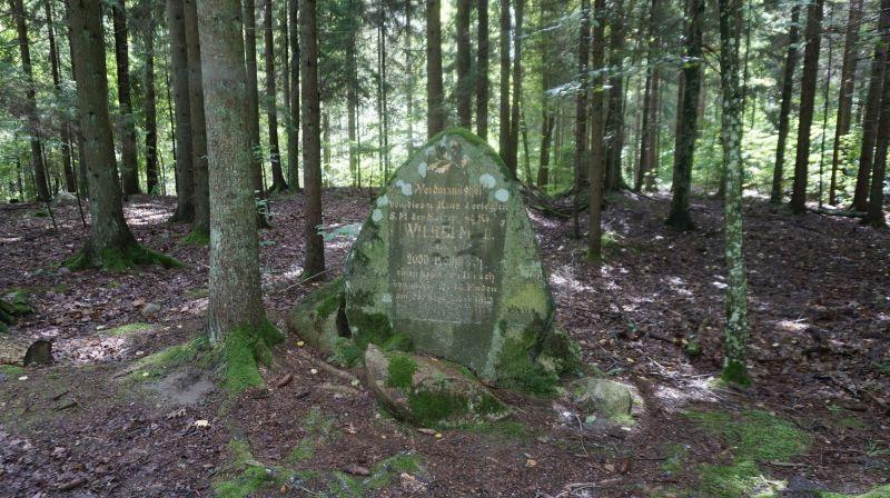 Głaz upamiętniający, żetutaj 28 września 1912 Wilhelm II upolował swojego jelenia