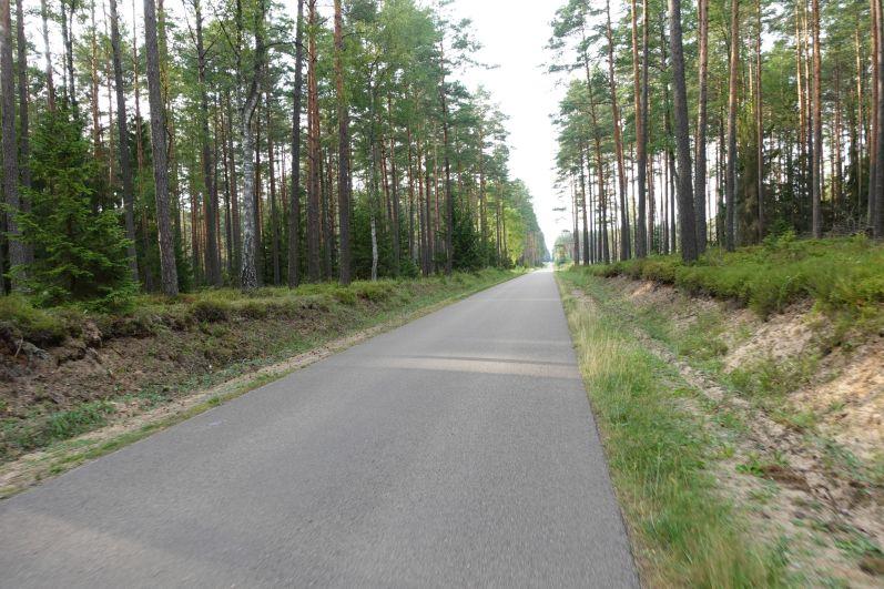 prosta asfaltowa droga wpuszczy piskiej