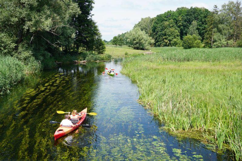 Kajakarze naKrytyni przy moście wZameczku