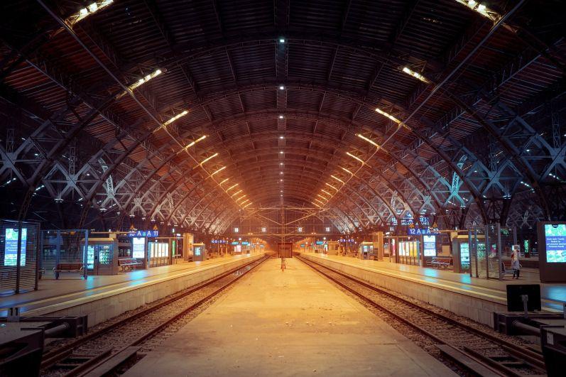 Dworzec kolejowy nocą