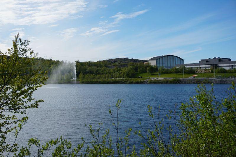 W Kirkenes można zobaczyć fontannę najeziorze Forstevatn