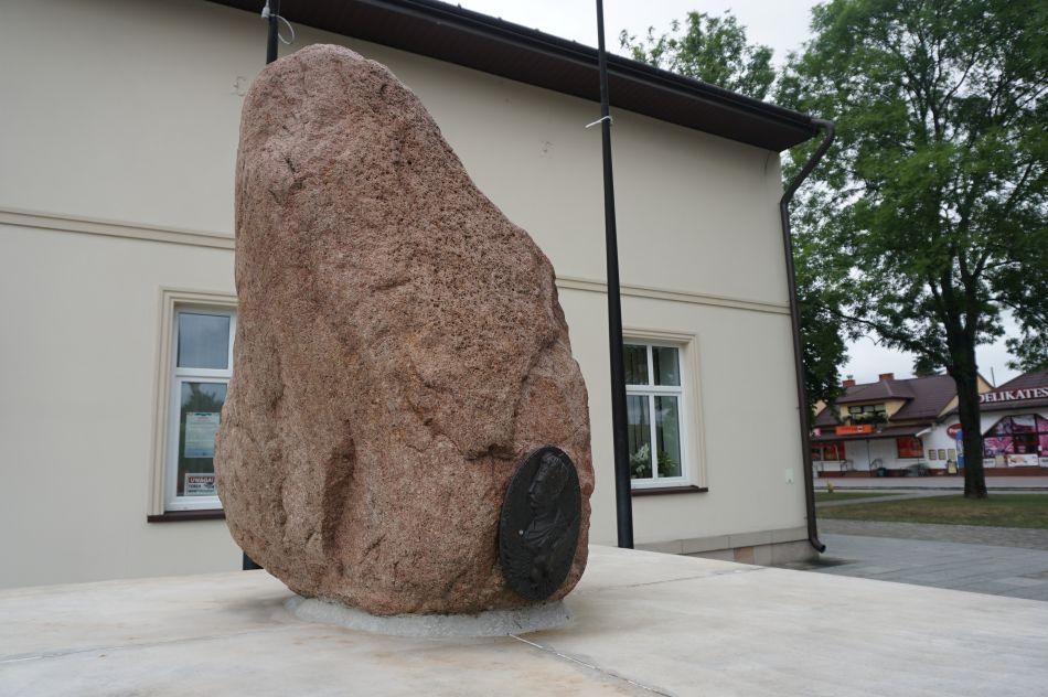 Pomnik Sobieskiego wNarolu
